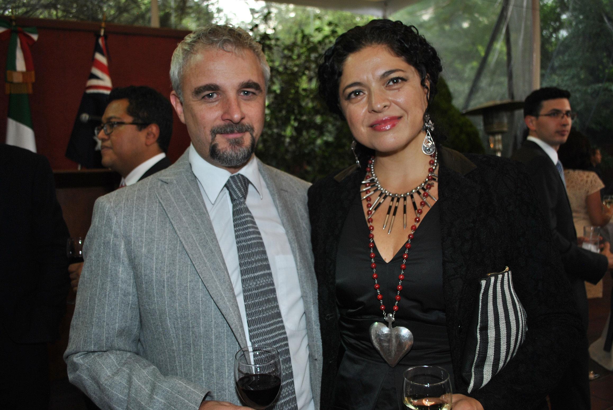 Michael Rowe y Alejandra Frausto