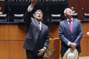 Ricardo Monreal muestra el salón de plenos al embajador de EU, Ken Salazar, este lunes