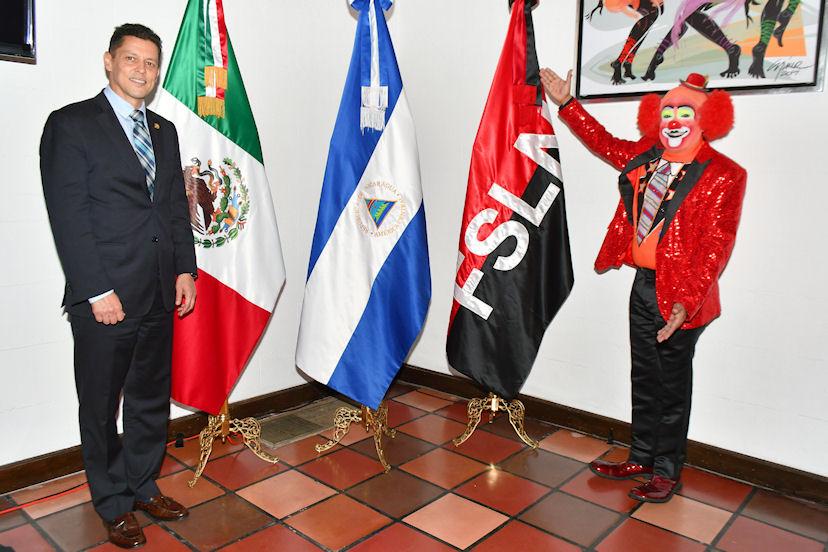 Juan Carlos Gutiérrez Madrigal, embajador de Nicaragua, y el payaso Pipo