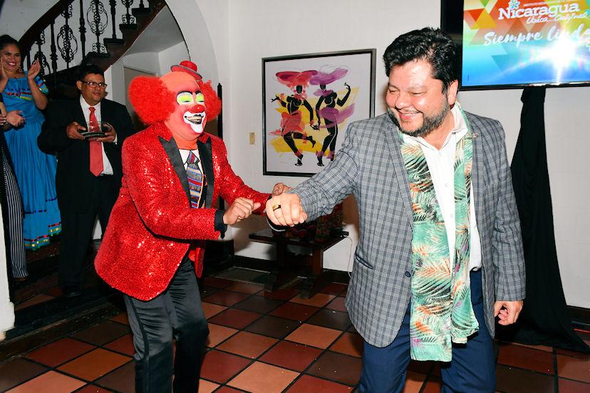 Mauricio Peñate, ministro consejero de la Embajada de El Salvador, fue uno de los que participó con Pipo