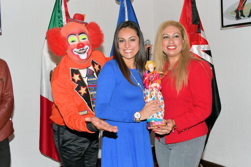 Laura Vázquez Rayón (al centro) se llevó una figura nicaragüense a su casa