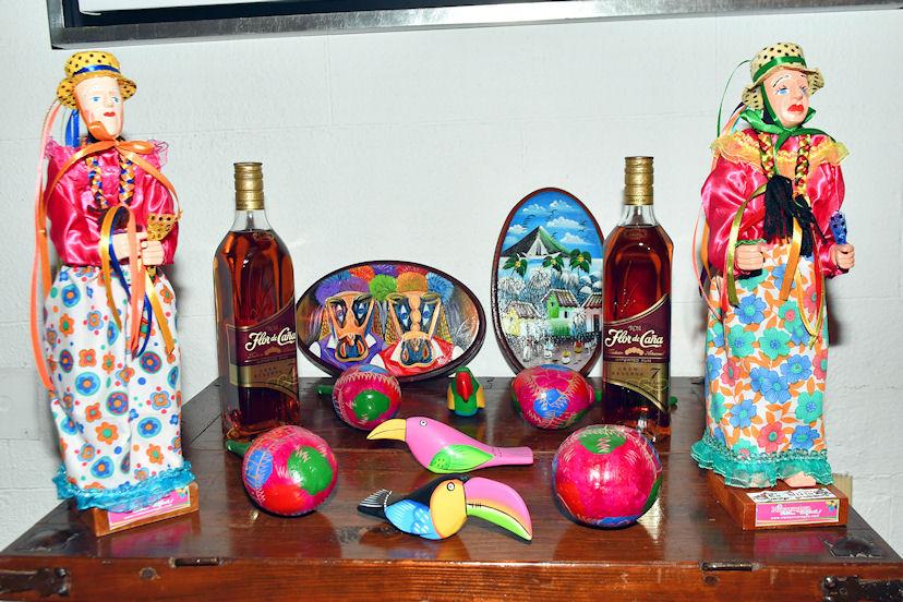 Esculturas y botellas del ron Flor de Caña fueron obsequiadas a los turoperadores participantes