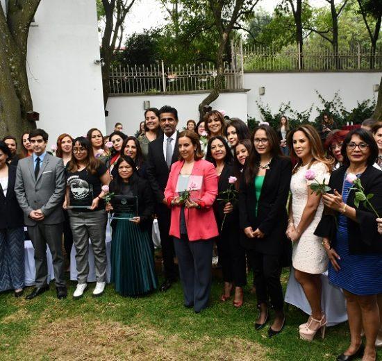Faisal Al-Sada, tercer secretario de la Embajada de Qatar, y el embajador Mohammed Al-Kuwari con las mujeres premiadas y asistentes