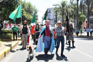 Stephen Murray Kiernann (capa azul) encabezó el desfile del San Patricio Fest