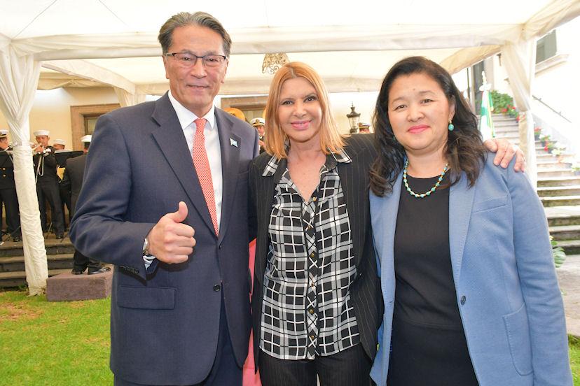 Anaís de Melo (al centro), con Andrian Yelemessov, embajador de Kazajistán, y su esposa, Aigul Yelemessova