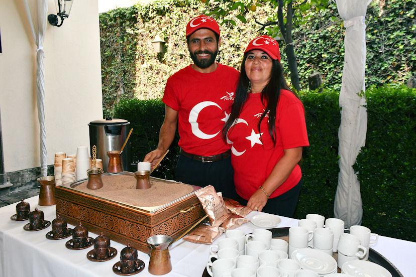 Burhan Kümeci y María Guadalupe, encargados de preparar y servir el café turco