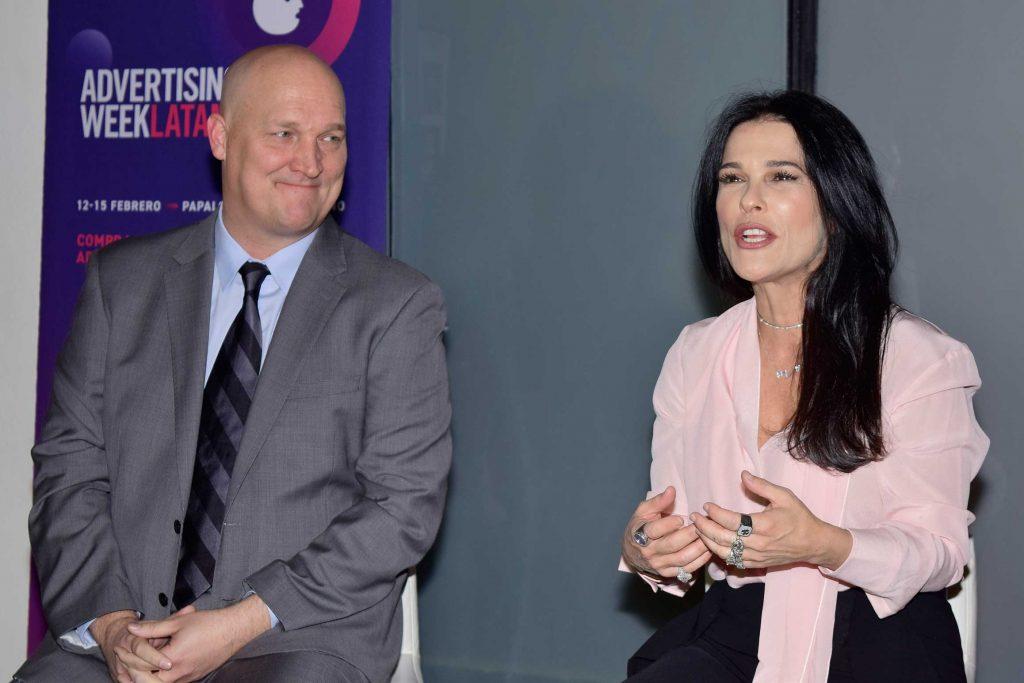 Doug Rowell, director ejecutivo de Advertising Week Latinoamérica, y la periodista Martha Debayle