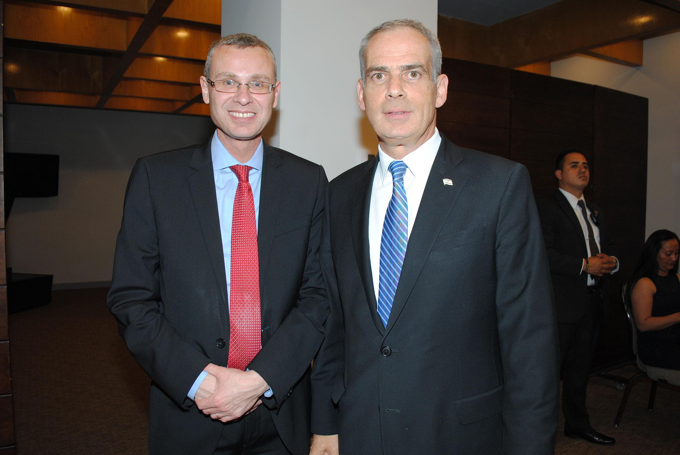 Yariv Levin, ministro de Turismo de Israel, y Jonathan Peled, embajador de Israel