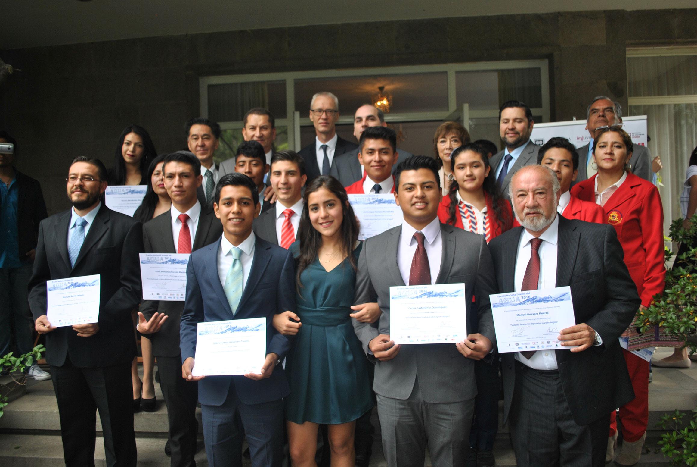 Jóvenes ganadores del primero, segundo, tercer lugar y de la mención especial con sus respectivos asesores