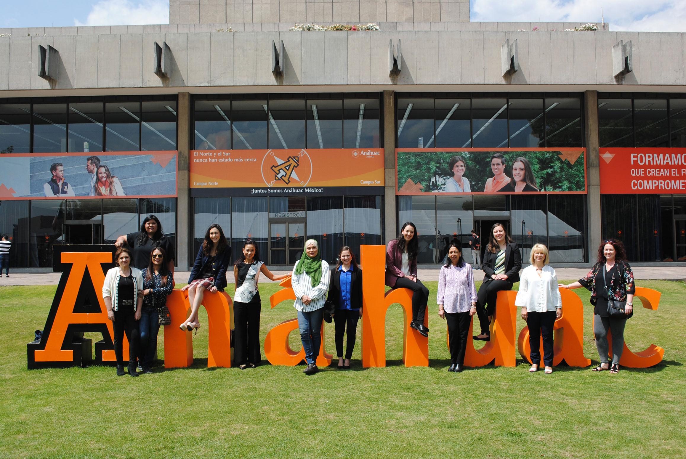 Alumnas organizadoras de la Feria de las Culturas con representantes de la ACD