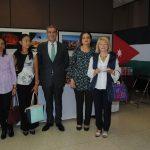 Nergish Weisberg, Siriporn Nimmanop, esposa del embajador de Australia y presidenta de la ACD; Abdulkarin Mansoor Obeidat, embajador de Jordania; Mehriban Samadova y Vitoria Eriksson en el stand de Jordania