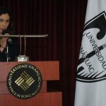 Paola Arciniega, presidenta de la sociedad de alumnos de la licenciatura en relaciones internacionales, fue la maestra de ceremonias