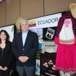 Ana Karen Villareal mostró y explicó el stand ecuatoriano a Leonardo Arizaga Schmegel, embajador de Ecuador