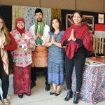 María José Brunet, Febby Fahrani, Furgan Lindu, Florence Natania y Susana Calderón, promotores del stand de Indonesia