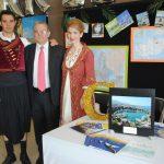 Evagoras Vryonides, embajador de Chipre (al centro), visitó el stand de su país, que estuvo a cargo de Anestis y Vasiliki
