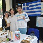 De mitología en el stand de Grecia: Andrea Gómez, Ana Laura Vargas y Fernando Reyes