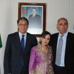 Andrian Yelemessov, embajador de Kazajstán, con Farida y Rabah Hadid.