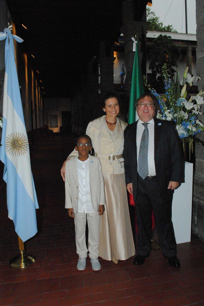 Cyrus Chuburu, con sus padres Carola Chuburu y Daniel Chuburu, embajador de Argentina. Foto: Revista Protocolo Copyright©