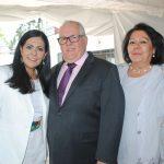Mirina Valle de Pérez y su esposo, Manuel Ricardo Pérez González, embajador de Panamá, y Ana María de Cuevas, esposa del embajador de Uruguay