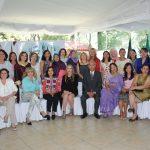 Al finalizar, el embajador de Bangladesh, Supradip Chakma, y su esposa, Nandita Chakma, solicitaron una foto con las mujeres asistentes