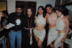 El productor Héctor Reyes, con la escritora Tarena Raíz y los actores Miss Cerezo, Joseph Páez y Sexy Yetz Sw. Revista Protocolo Copyright©