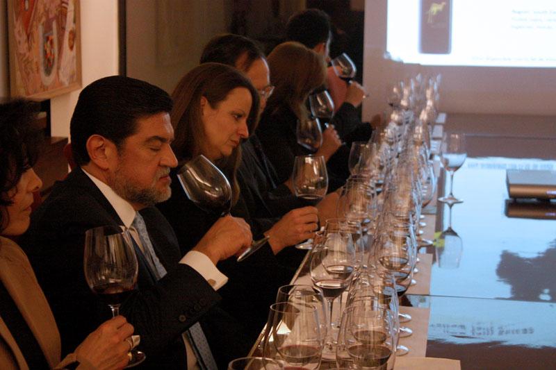 Asistentes a la cata de vino en la Embajada de Australia