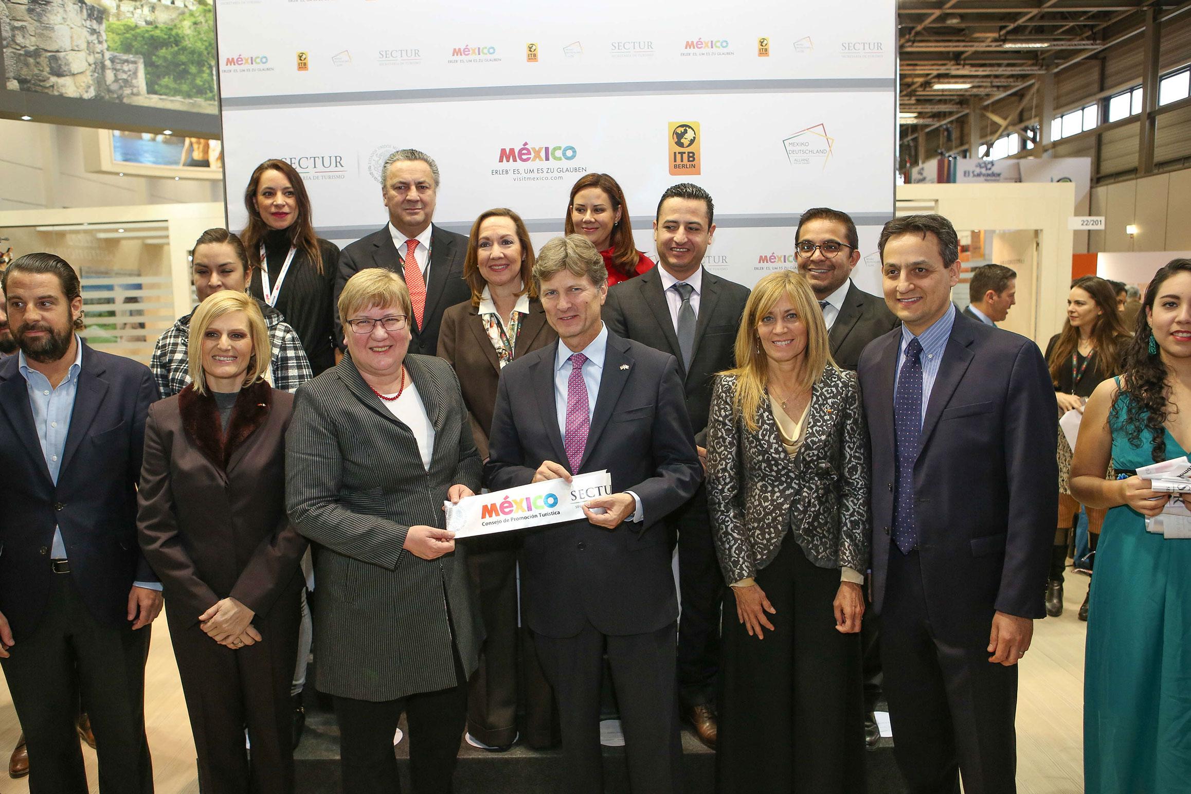 El secretario de Turismo de México, Enrique de la Madrid Cordero, con Iris Gleicke, coordinadora federal de Turismo de Alemania