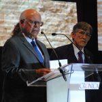 José Narro Robles, secretario de Salud, entregó el reconocimiento al biólogo Eduardo Lazcano Araujo. Revista Protocolo Copyright©