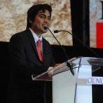 Al joven científico Cristóbal García se le dio un reconocimiento especial. Revista Protocolo Copyright©