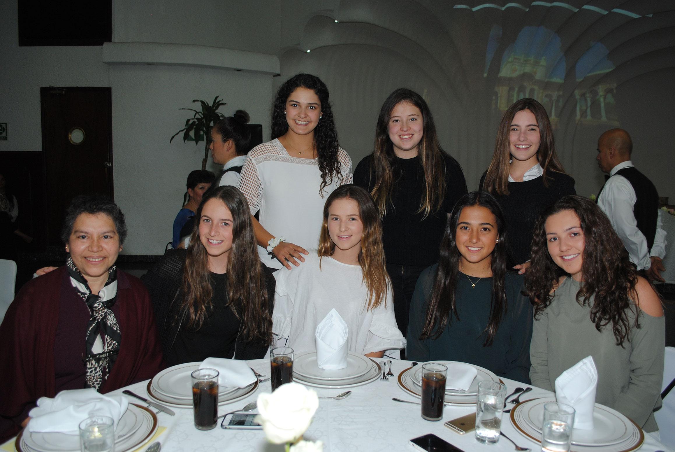 Adelante: Nilma Herrera, Paula Casanueva, Verónica de la Macorra, Maite González y Regina Montemayor. Atrás: Ximena Van, Julia Ramírez y Natalia Díaz