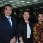 Víctor Estrada, Mayte Reyes y Yesfira Yusra, esposa del embajador de Indonesia