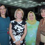 Mariana Díaz de Delgado, esposa del embajador de Uruguay; Victoria Eriksson, esposa del embajador de Finlandia; Emilia Azhar, esposa del embajador de Malasia, y Carmen Fabián de Kint, esposa del embajador de Bélgica