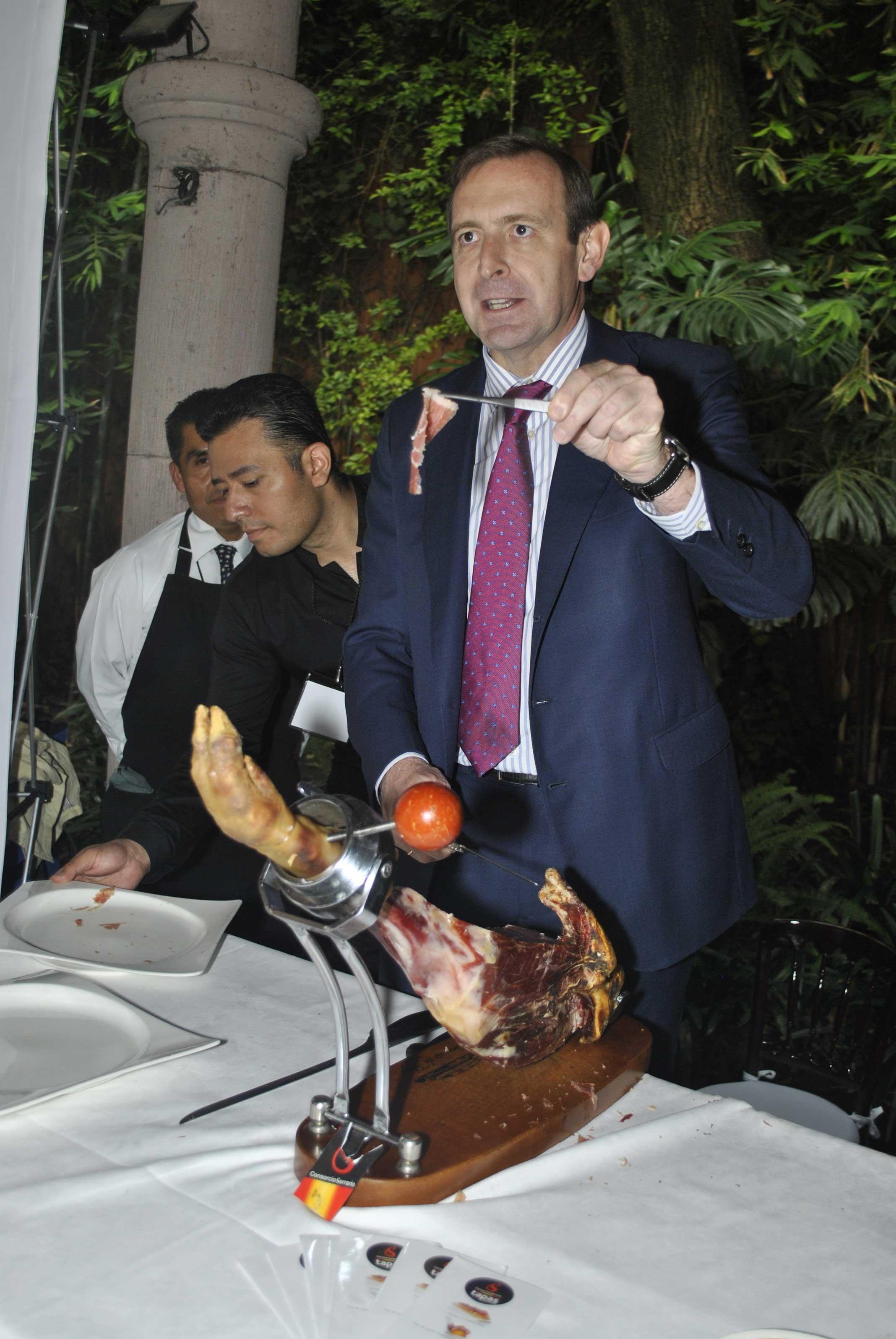 Luis Fernández-Cid, embajador de España, hizo ver sus dotes como cortador de jamón serrano