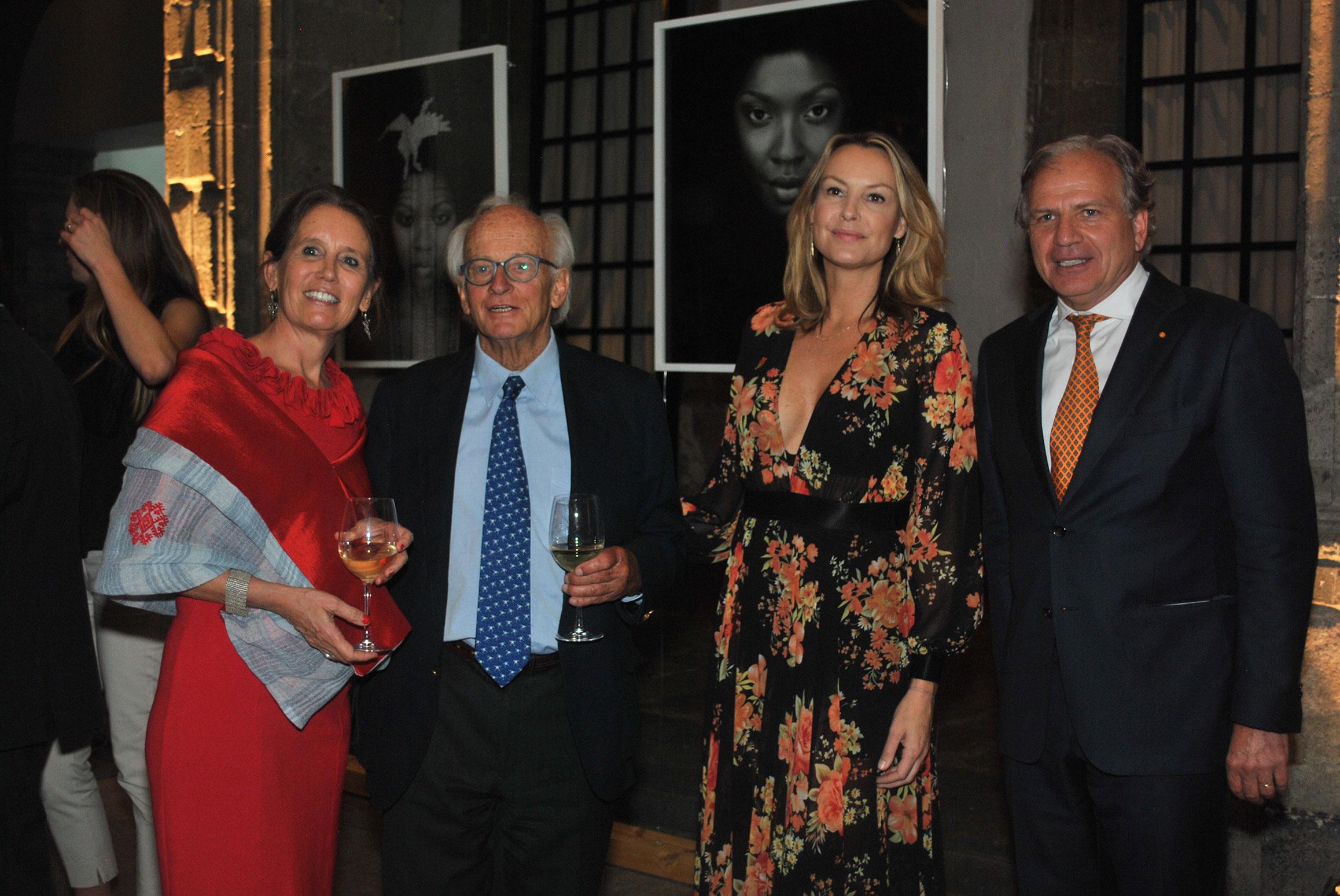 Anne-Marth Howegoning, esposa del embajador de los Países Bajos en México, con los fotógrafos Bob Schalkwijk y Micky Hoogendijk, y Coenraad Hendrik Adolph Howegoning, embajador de los Países Bajos