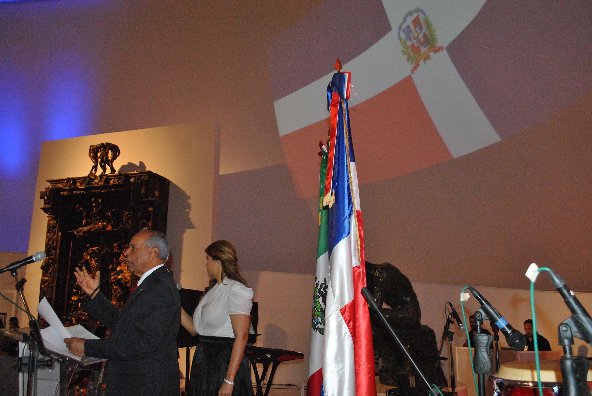 Ante La Puerta del Infierno de Augusto Rodin, dominicanos en México, encabezados por Fernando Antonio Pérez Memén, embajador de República Dominicana, celebraron su día nacional