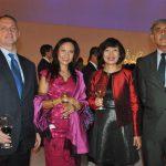 David Engel, embajador de Australia, y su esposa, con Linh Lan Le, embajadora de Vietnam, y Aitzaz Ahmed, embajador de Pakistán