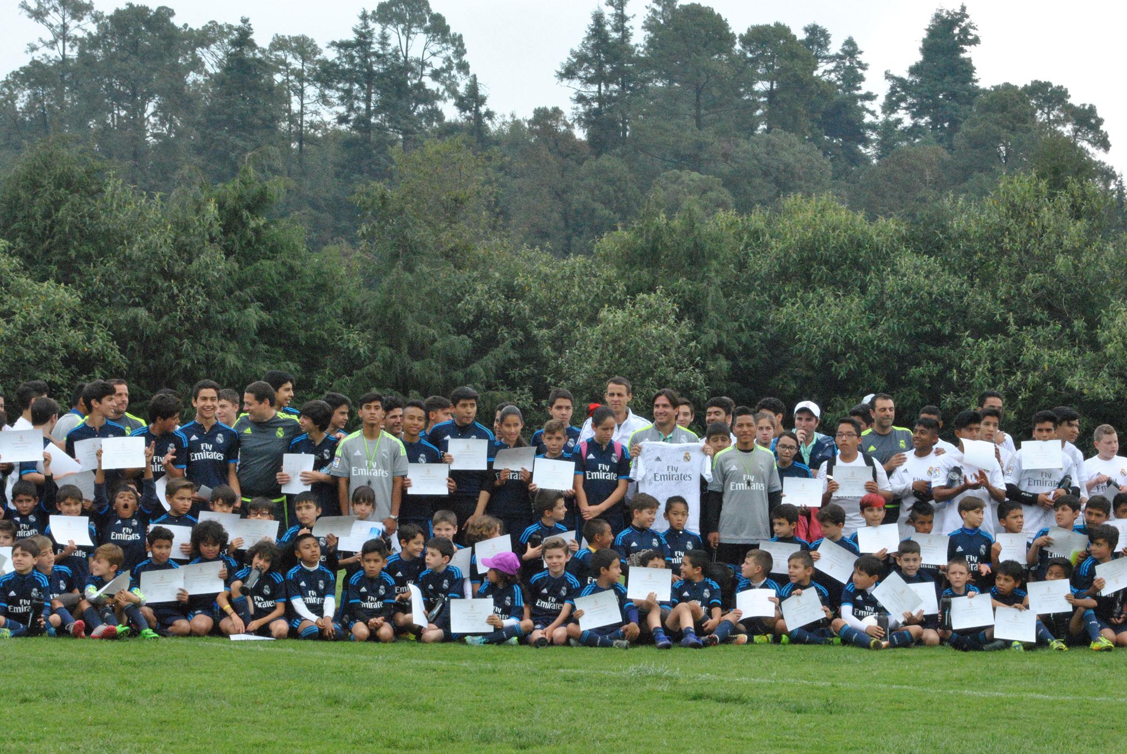 Foto oficial de todos los participantes de la primera clínica de futbol que organiza la Fundación Real Madrid en México