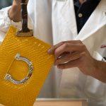 Salvatorre Ferragamo, homenajea a México con exclusivo diseño de bolsa