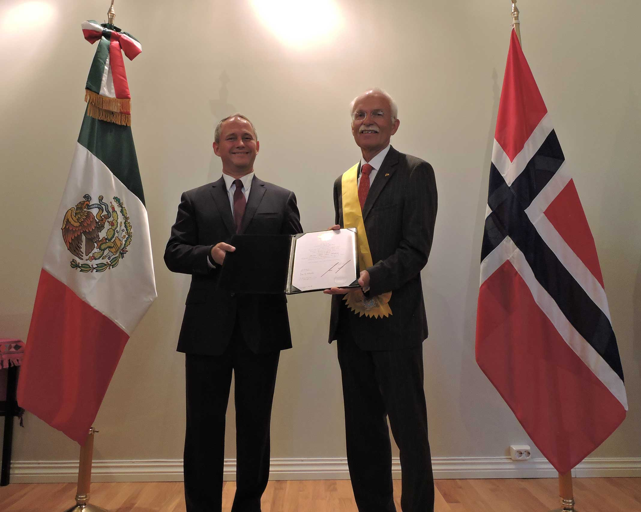 El embajador de México en Noruega, Luis Javier Campuzano Piña, impuso la condecoración al señor Arne Aasheim, ex embajador del Reino de Noruega en México