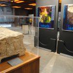 Una réplica de la Piedra Magdala se exhibe junto con fotografías de Israel en el vestíbulo de la Cámara de Diputados. Revista Protocolo Copyright©