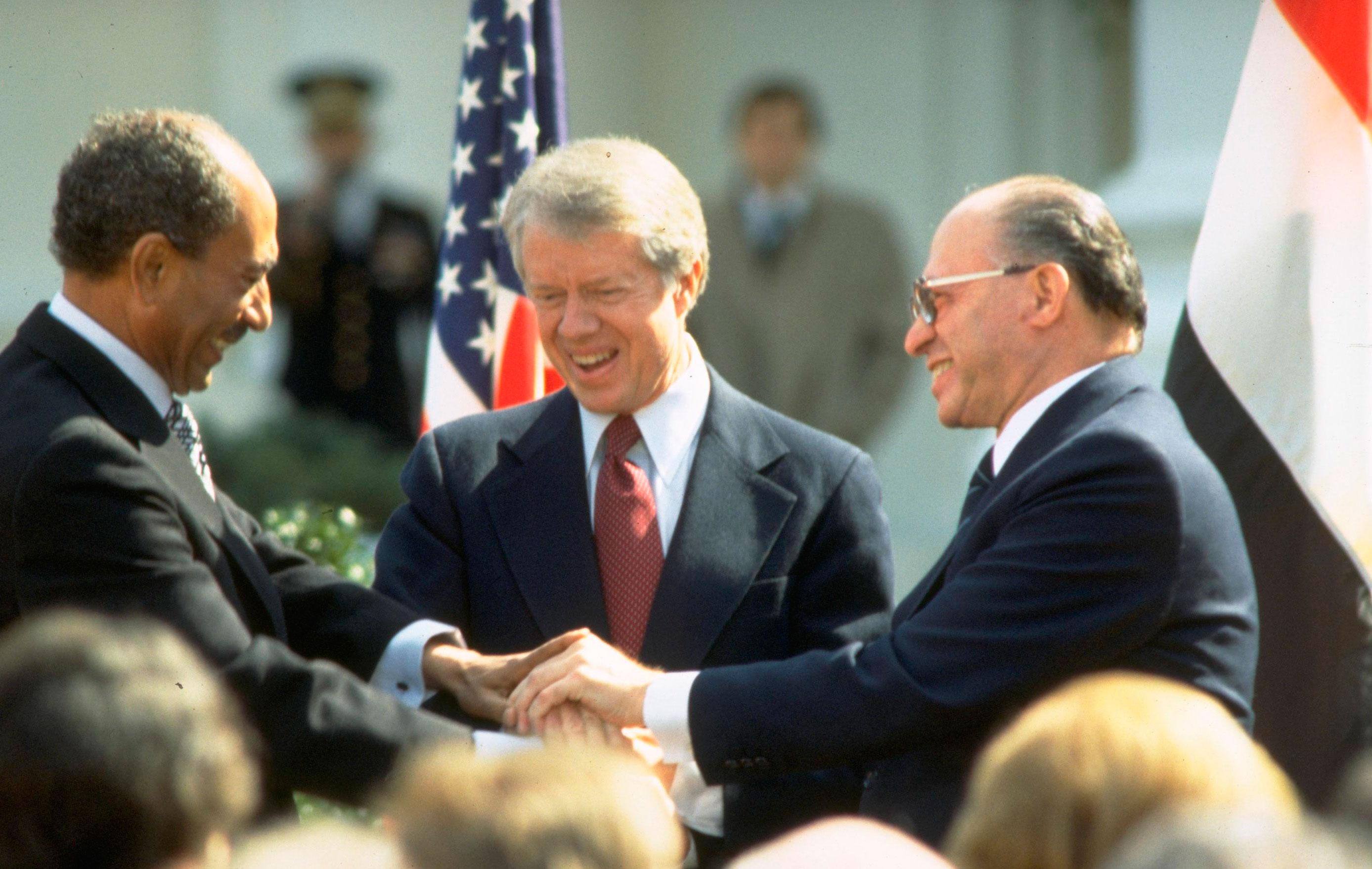 Teniendo como intermediario al presidente James Carter, el presidente egipcio Anwar el-Sadat y el primer ministro israelí, Ménajem Beguin, logran la paz de sus dos naciones, tras varios años de guerra