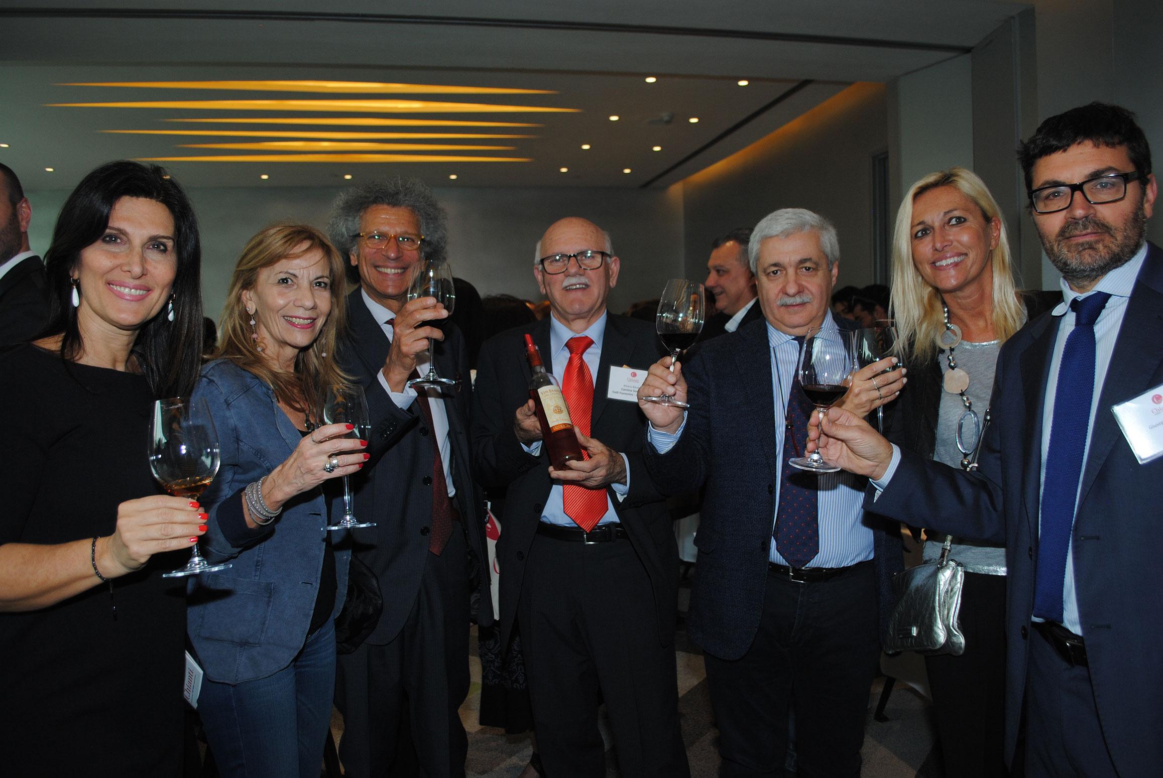 Loredana Maccotta y su esposo, Luigi Maccotta, embajador de Italia (segunda y tercero de izquierda a derecha), con empresarios e invitados del Consorcio de Vino Chianti