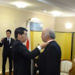 Akira Yamada, embajador de Japón, le pone el galardón al economista Víctor López Villafañe. Revista Protocolo Copyright©