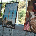 Previo al entrar al salón donde se llevó a cabo la recepción por la fiesta nacional de Kuwait, se montó una exposición con fotografías de paisajes kuwaitíes