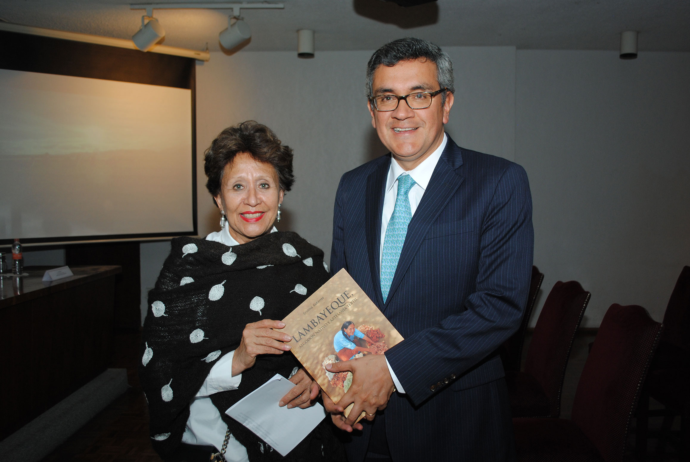 Cristina Gutiérrez, autora del libro, el cual presentó acompañada por el embajador de Perú en México, Julio Hernán Garro Gálvez