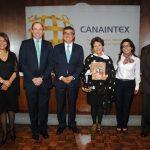 Soledad Campos, Alfonso Juan Ayub, presidente de la Canaintex; Julio Hernán Garro Gálvez, embajador de Perú; la autora, Cristina Gutiérrez; Abril Appel y César Barandiaran