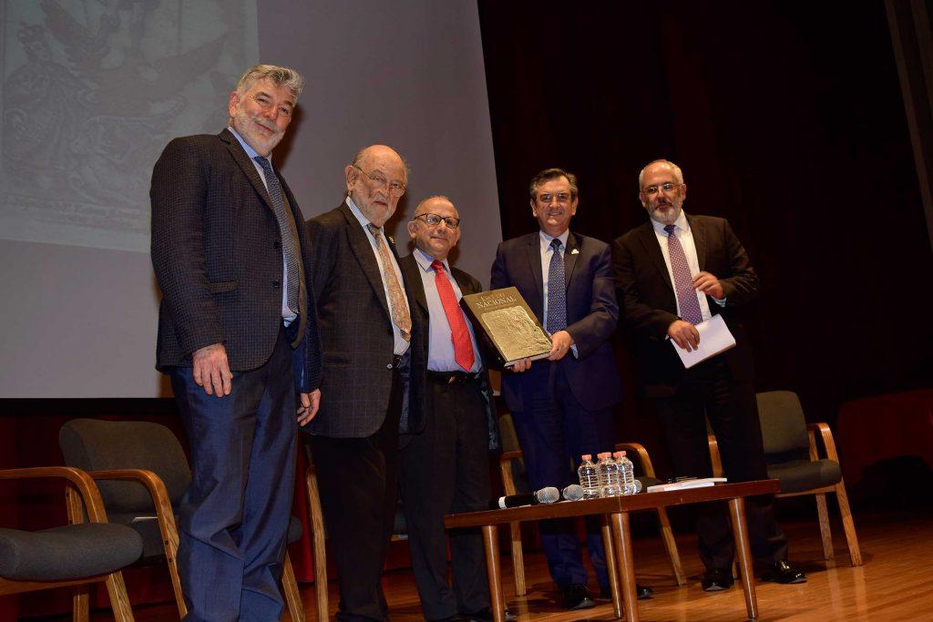 José Enrique Ortiz Lanz, José Sarukhán Kermez, Diego Prieto, Rodolfo Lacy Tamayo, y Antonio Saborit. 2.- Durante la presentación se mostraron algunas fotografías que ilustran el libro.