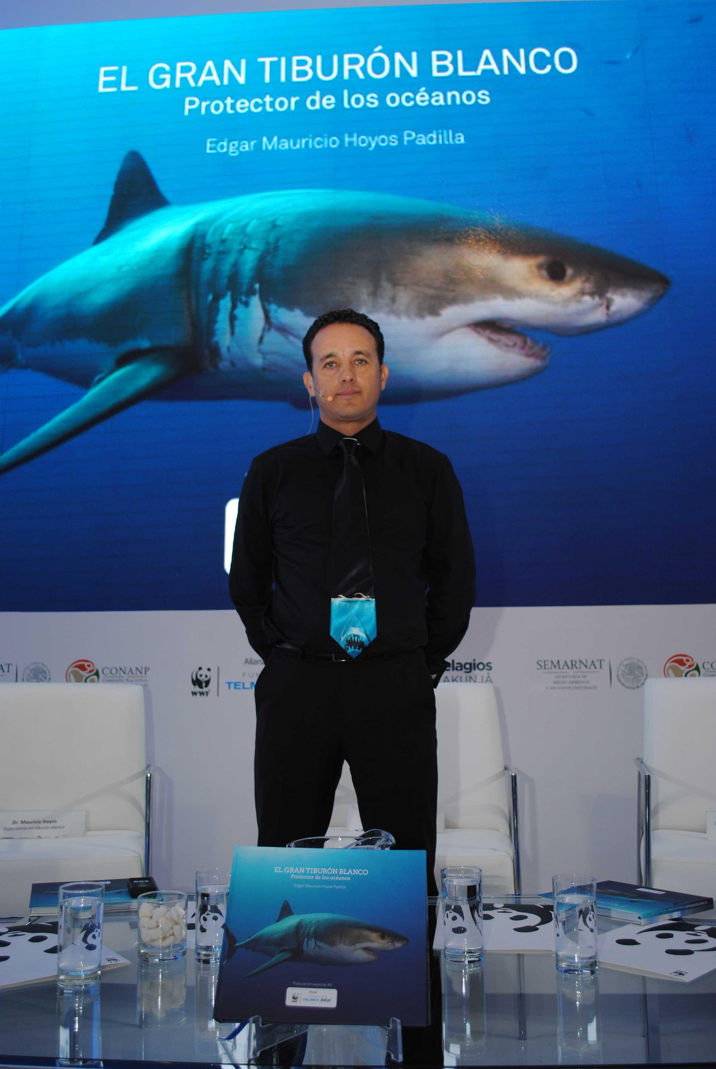 El biólogo Edgar Mauricio Hoyos Padilla, presentó su libro El tiburón blanco. Protector de los océanos. Revista Protocolo Copyright©