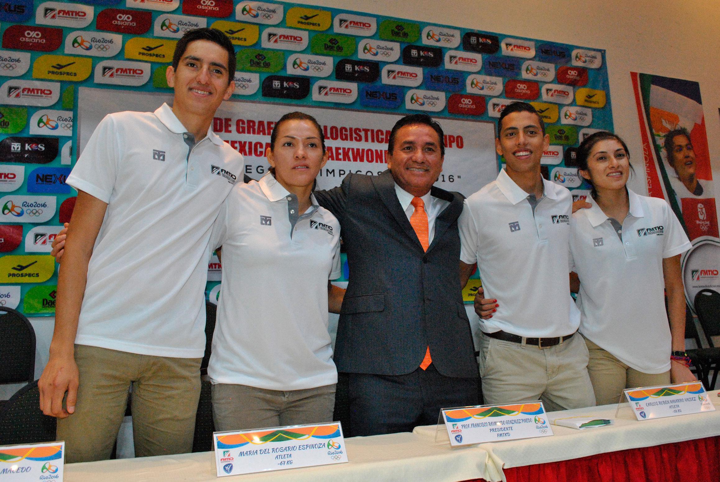 Los taekwondoínes Saúl Gutiérrez, María del Rosario Espinosa, Carlos Rubén Navarro e Itzel Manjarrez, con Francisco Raymundo González, presidente de la FMTKD