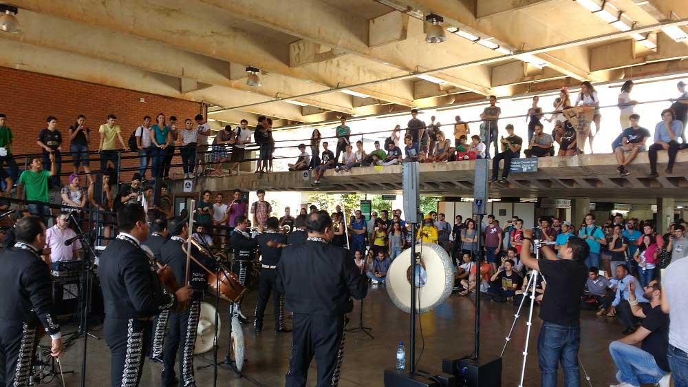 Brasileños disfrutan de cerca la música de mariachi
